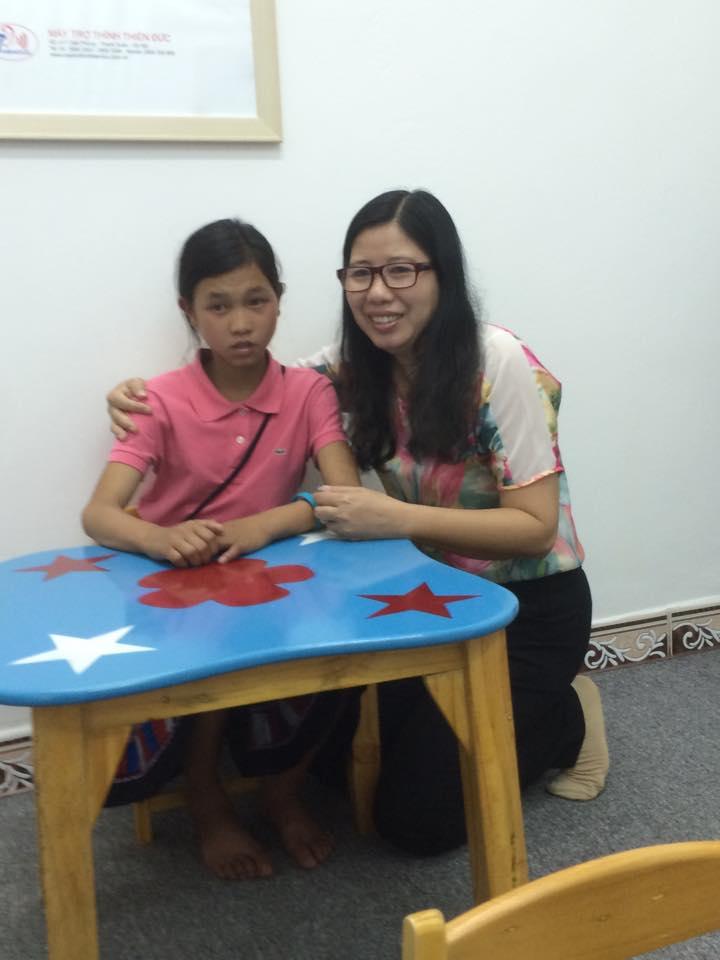 Đứa trẻ dân tộc với niềm vui khi lần đầu tiên được nghe âm thanh